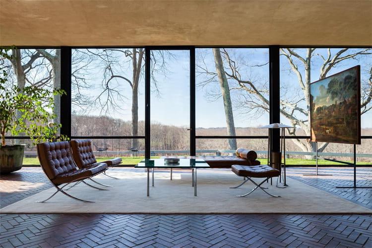 Một view nhìn ra bên ngoài từ phòng khách của Glass House