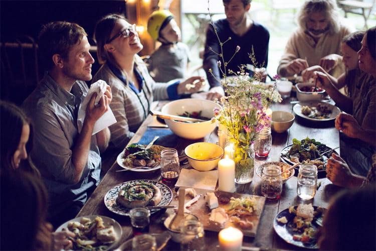 Cùng nhau thưởng thức các món ăn tự làm chính là cảm giác Hygge đích thực