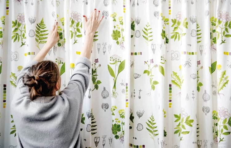 Vải có hoa văn vừa có thể làm rèm vừa có thể treo lên tường để tạo điểm nhấn đấy