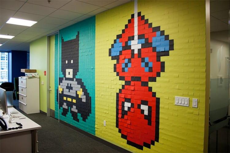 Một tác phẩm trang trí mảng tường lớn chỉ bằng giấy ghi chú
