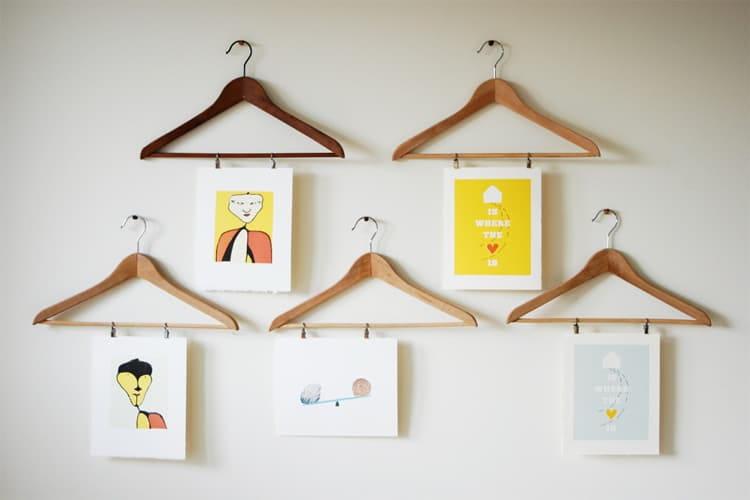 Ý tưởng trang trí tường nhà bằng móc treo quần áo thật sự rất ấn tượng