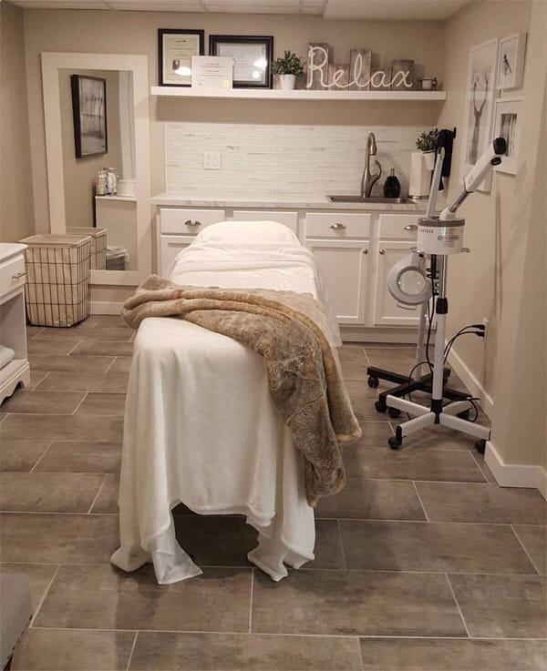 Máy xông mặt, đèn lúp led soi da, bồn rửa, giường spa là những vật dụng chăm sóc da cơ bản