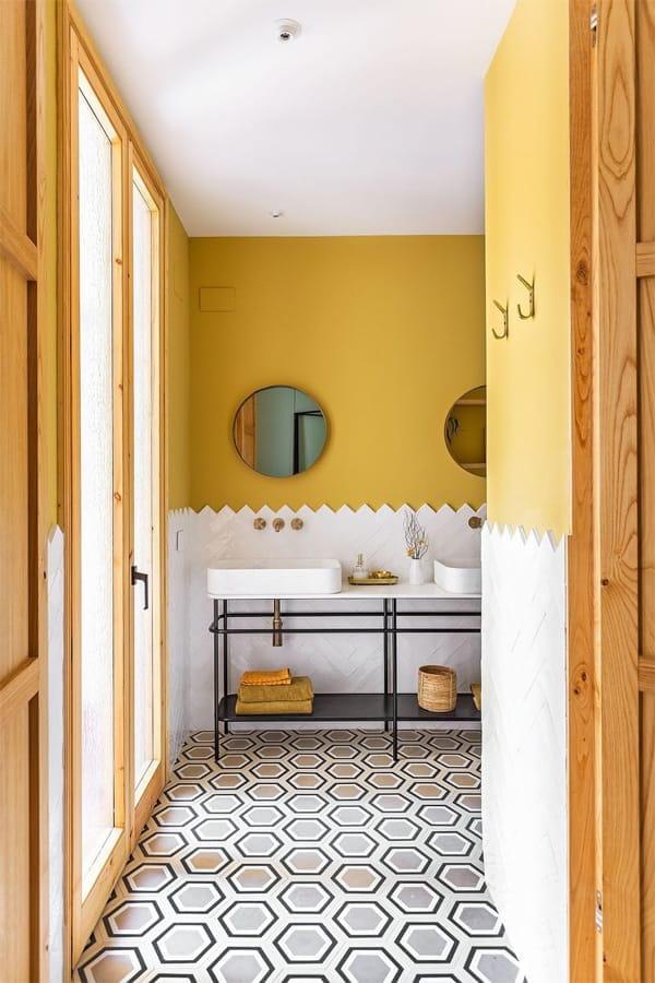 Một thiết kế phòng tắm với sơn tường tông màu vàng