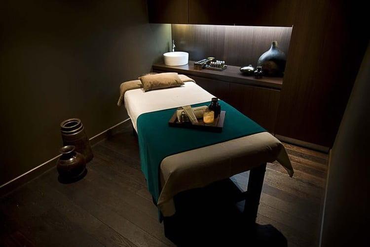 Mẫu giường spa được setup và trang trí phù hợp với đa số dịch vụ spa