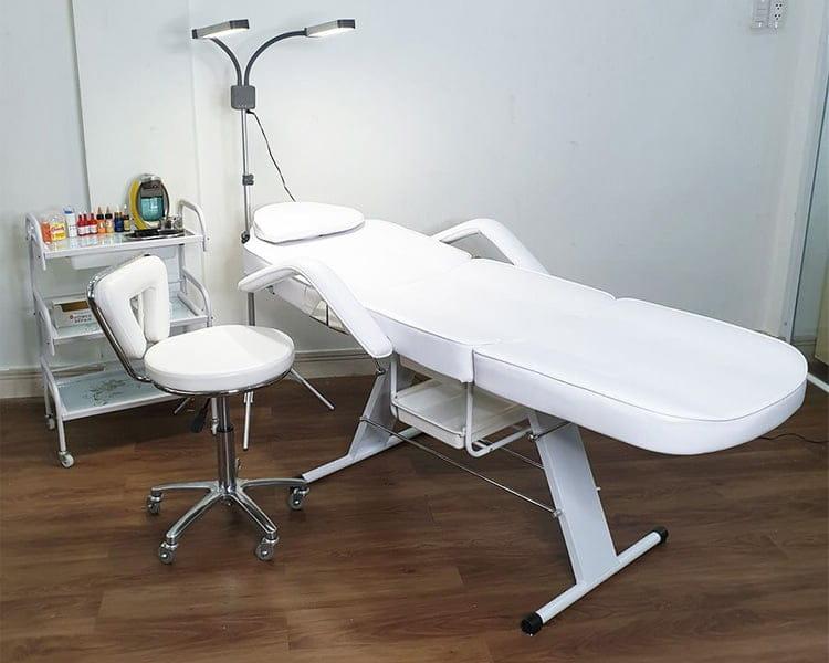Mẫu giường spa tiêm filler chân sắt thông dụng hiện nay
