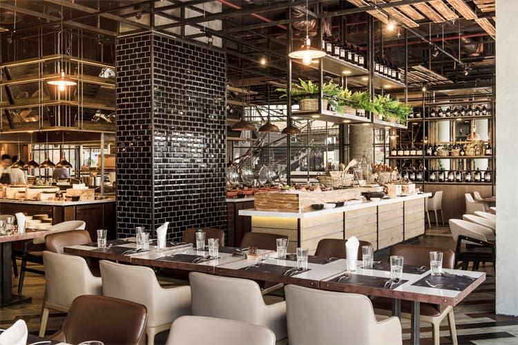 Màu sắc ánh sáng ấm cúng, tạo cảm giác thoải máicho không gian nhà hàng